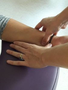 Gros plan sur les points d'accupressions du bras