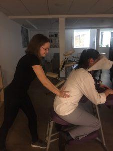 En plein action lors d'un massage Amma assis réalisé par Ludivine Bardin
